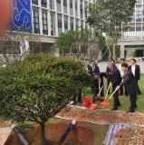 Ein Baum als Symbol für die Beziehungen der chinesischen Shenzhen Technology University (SZTU) zu ihren Partnerhochschulen: Prof. Dr. Gerhard Schneider, Rektor der Hochschule Aalen, und SZTU-Präsident Prof. Ruan Shuangchen (rechts vorne) halfen bei der Pflanzaktion tatkräftig mit (Foto: © Hochschule Aalen/ Rainer Börret)