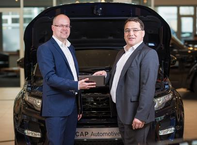 Entwicklungspartnerschaft für CAP Automotive: RE'FLEKT-Geschäftsführer Kai Thomas und Bosch-Direktor Jürgen Lumera, verantwortlich für Global TIS Produktmanagement und Innovation (von links nach rechts)