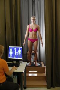 Mit Hilfe modernster 3D-Bodyscanner wurden die anatomischen Werte von Brustkrebs-Patientinnen berührungsfrei ermittelt und daraus eine die ideale Schnittführung des Spezial-BHs abgeleitet. ©Hohenstein