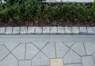 Der Längsstabrost ist ein hochwertiges Gestaltungselement für optisch ansprechende Außenbereiche. Foto: Dipl.-Des. Sebastian Brink