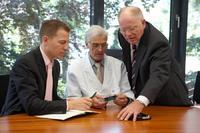 Daniel Papst (li) und Georg Papst (re) bei der Untersuchung technischer Komponenten mit Manfred Reuter, Techniker der Papst Licensing GmbH & Co. KG