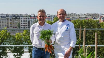 """Pierre Georgel von Ecovegetal und Eric Briffard von """"Le Cordon Bleu"""" freuen sich gemeinsam über das tolle Ergebnis. Quelle: Drone-view"""