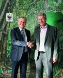 Andreas Engelhardt (links), persönlich haftender Gesellschafter der Schüco International KG, und Eberhard Brandes (rechts), Geschäftsführender Vorstand WWF Deutschland, bei der Vereinbarung der Zusammenarbeit