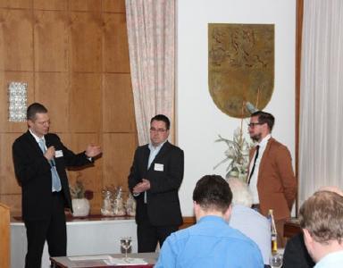 Dr. J. Nitzsche im Gespräch mit C. Hildebrandt und M. Henel zur Thematik Brennstoffzellen in der Hausenergieversorgung (v.r.n.l.)