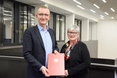 Prof. Dr. Jürgen Knies zusammen mit Rektorin Prof. Dr. Karin Luckey bei der Übergabe der Ernennungsurkunde / Foto: Hochschule Bremen / Sascha Peschke