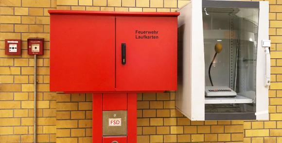 Brandmeldeanlage mit Laufkarten, Handfeuermelder, Feuerwehreinsprechstelle und Feuerwehrschlüsseldepot