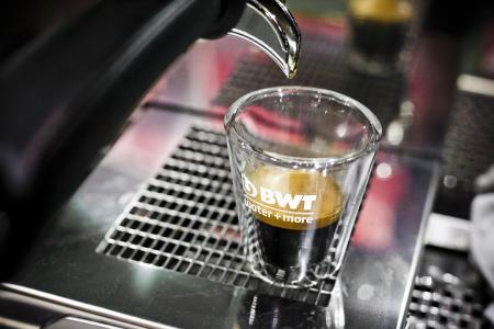Technologien, die ins Schwarze treffen: Mit seinen Wasseroptimierungslösungen sorgt BWT water+more für die ideale Entwicklung der Aromen bei Kaffeespezialitäten und anderen Heißgetränken.  /Foto: Daniela Linares