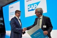 Reinhard Clemens (CEO T-Systems, links) gratuliert Jochen Partsch, Oberbürgermeister Darmstadt (rechts), zum  Gewinn des Bitkom-Wettbewerbs Digitale Stadt. Eines der ersten Projekte st Smart Parken mit der Telekom
