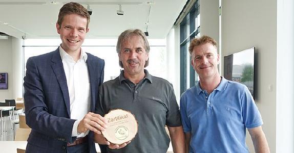 Piepenbrocker David Jung übergibt das goldene Siegel für die 100. Ökologische Gebäudereinigung an Stephan Reißenweber und Jens Baumann, Brose Gruppe (v. l.) / Bild: Piepenbrock