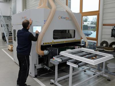Die neue Schleifmaschine von Ecoline im Kompetenzzentrum Holzoberfläche überzeugt durch ihre einfache Bedienung mittels Touch Panel. Bild: Remmers Baustofftechnik, Löningen
