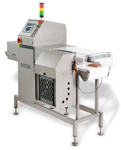 Das Produkt-Inspektionssystem RAYCON von S+S, ein vergleichsweise kompakter und leichter Röntgenscanner, wird in der Fleischwarenindustrie für die Endkontrolle von verpackten Fleischwaren eingesetzt.
