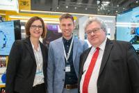 EU-Parlamentarier Reinhard Bütikofer (rechts) interessiert sich für die Exponate am SmartPro-Stand der Hochschule Aalen – hier mit Jessica Wilzek und Axel Kansy aus dem SmartPro-Team.
