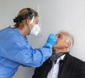 Ein 15-Minuten-Schnelltest gibt den Mitarbeitern Sicherheit, ob sie sich mit dem Virus angesteckt haben oder nicht. Im Bild führt eine Mitarbeiterin des B·A·D den Test durch / Bilder: Grünbeck Wasseraufbereitung GmbH