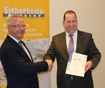 Klaus Behling, VZM, gratuliert Frank Hillingshäuser, Nürnberger Versicherungsgruppe / Foto: VZM