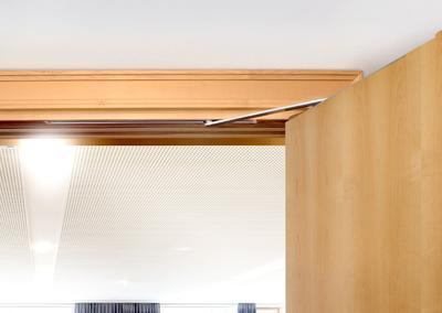Elegante Lösung: Versteckt im Türrahmen, öffnet der automatische Drehtürantrieb ECturn Inside von GEZE Türen komfortabel und sicher / Foto: Stefan Dauth für GEZE GmbH