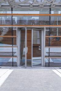 Einer der zahlreichen Fassadeneingänge mit Powerturn-Drehtürsystemen / Fotos: GEZE GmbH