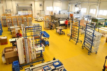 In der neuen Fertigungsstätte von Hymer-Leichtmetallbau auf dem Werksgelände von  Capron in Neustadt (hier noch im Aufbau) werden in Kürze Reisemobil-Komponenten wie Aufbautüren, Stauraumtüren und –klappen direkt vor Ort produziert