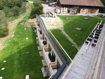 Die beiden Hanggeschosse mäandern entlang der Landschaft und fügen sich somit ein / Quelle: Hartmaier + Partner