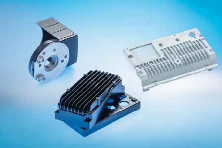 Die Oberflächenveredelung steigert den Schutz, verbessert die Optik und optimiert die Leistung von Kühlkörpern und Elektronikgehäusen aus Aluminiumlegierungen