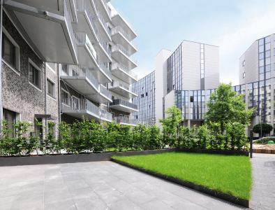 Eine zusätzliche Ebene in den Terrassenbereichen entsteht durch die Bandeinfassungen der Richard Brink GmbH & Co. KG. Die Aluminium-Schienen umranden die Rasenflächen der einzelnen Gärten.