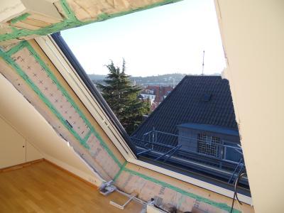 Für die Installation des LiDEKO-Produkts konnten die Handwerker die Aussparung nutzen, die sich durch die vorher eingebaute Fensterkombination ergab / Foto: LiDEKO