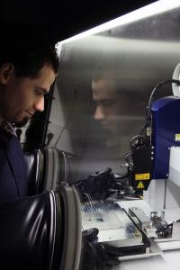 Die Physiker um Professor Oesterschulze bauen die Mikroiris an einer speziellen Werkbank unter Luftausschluss zusammen. Im Bild zu sehen ist Doktorand Carsten Kortz (Foto: Thomas Koziel)