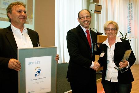 von links nach rechts: Preisträger Michael Luttmann, Jurymitglied Paul Söhnlein und Preisträgerin Rosemarie Luttmann