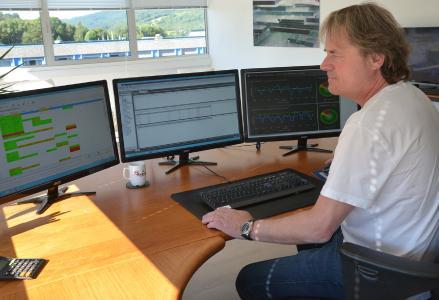 Konsequente Digitalisierung: Papier wird man auf Roy Rakvågs Schreibtisch selten finden. Roy hat nicht nur seine Zahlen, sondern via A+W Dashboard auch seine Fertigung realtime im Blick und kann wenn nötig unmittelbar reagieren