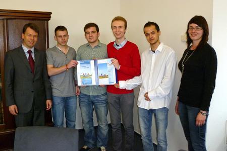 Die Schüler Jan Tenenbaum, Florian Neuber, Hannes Tonat und Granit Reçica zusammen mit WEMAG-Vorstand Caspar Baumgart und WEMAG-Mitarbeiterin Dörthe Sturm