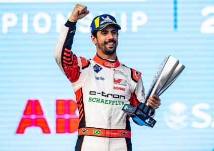 Lucas di Grassi strahlt über den 2. Platz auf dem Podium / Bildquelle: Audi Communications Motorsport