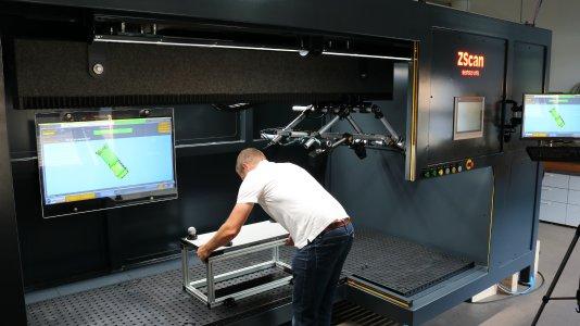 Das neue Multisensor-System ZScan ermöglicht das lückenlose 3D-Scanning großer Bauteile. In der Herstellung von Aluminium-Druckgussteilen vermisst ZScan die Teile in wenigen Sekunden. (Quelle: senswork)