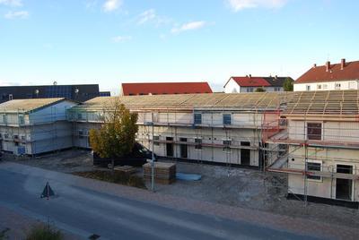 Die Robert Arnold Immobilien GmbH & Co. KG lässt in Mutterstadt 13 Reihenhäuser errichten, die xebex GmbH lieferte Wand- und Deckenelemente sowie Massivdächer. Die kompletten Rohbauarbeiten waren innerhalb einer Woche abgeschlossen.