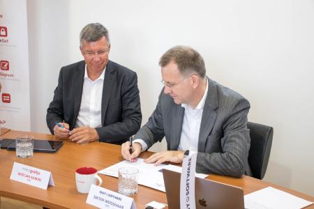 Bostjan Gaberc (Mikrografija) und Dieter Weißhaar (EASY SOFTWARE) unterzeichnen den neuen Partnervertrag in Novo Mesto