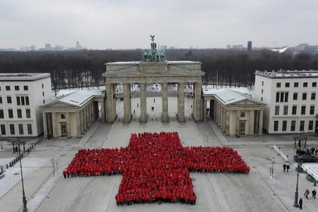 Das Rote Kreuz wurde von den 1.800 Teilnehmern geformt und wird ...