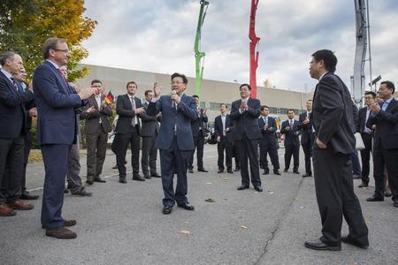Links: Dr. Karch, CEO der Putzmeister-Gruppe; Mitte: Herr Liang, Vorstandsvorsitzender von Sany; Mitte rechts: Herr Du, Gouverneur der Provinz Hunan