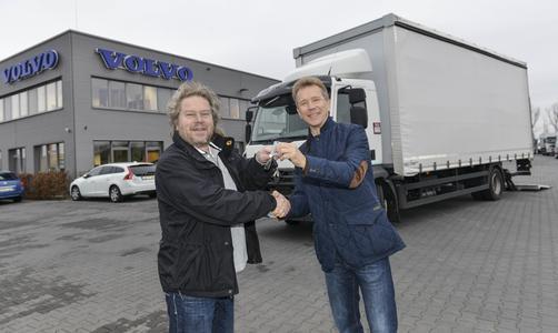 Uwe Hellmich (Vertriebsleiter Volvo Group Truck Center Ost) übergibt die Schlüssel an Bernd Müller (l.) von Frank Zanders Zett Records Produktion und Verlag GmbH Foto: Sabine Stickforth