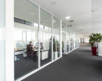 Den rund 150 neuen Mitarbeiterinnen und Mitarbeitern am Logistikzentrum in Kelsterbach/ Frankfurt stehen modernste Büroräumlichkeiten zur Verfügung (Bildquelle: Firmengruppe Max Bögl / Henning Kreft)
