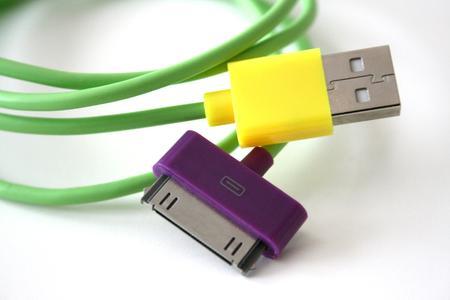 Die farbenfrohen Funky USB Kabel gibt es in frischem Grün und in 3 weiteren Farbkombinationen. Zu haben für je 8,99 EUR bei hello NEO.