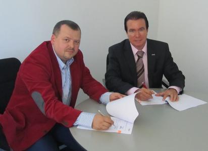 Mateusz Piwowarczyk, Mitgründer von Retail Synergy, und Bertram Salzinger, Vorstandsvorsitzender der inconso AG (v.l.) bei Unterzeichnung der Kooperationsvereinbarung