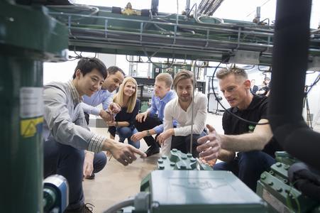 Unter anderem durch integrierte Frequenzumrichter, Elektronikkomponenten und Verdichter mit natürlichen Kältemitteln wie CO2, gewinnen fundierte Schulungen und Trainings zunehmend an Bedeutung.
