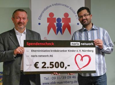 Stefan Keller, Chief Marketing Officer bei noris network übergibt den Spendenscheck in Höhe von 2.500 Euro an Stephan Engelhardt, 1. Vorsitzender der Elterninitiative krebskranker Kinder e.V. Nürnberg (v. l.) / Bildquelle: noris network