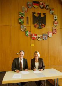 Besiegeln die Kooperation: Prof. Dr. Holger Mühlenkamp (Rektor der Universität Speyer) und Dr. Christine Brockmann (Geschäftsführerin Metropolregion Rhein-Neckar GmbH) (Quelle: DUV Speyer, Lutz Berger)