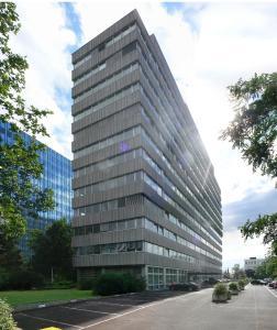 Das Objekt Lyoner Straße 30 in Frankfurt a. M. vor dem Umbau: Bodentiefe Fenstertüren verleihen dem Gebäude das Aussehen eines modernen Apartmenthauses (Bildnachweis: Schüco International KG)