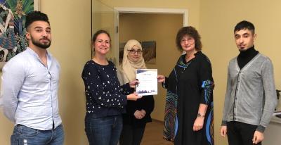 Kirsten Becker dankt Ursula Kalus und Azubi Amira für die Aufnahme zweier Schüler