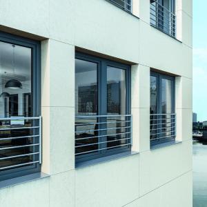 Für individuelle Akzente am Gebäude sind die Schüco Stangenabsturzsicherungen die richtige Wahl. Die Möglichkeit, Edelstahl-Rundrohre und -Rundstäbe mit verschiedenen Durchmessern einzusetzen und zu variieren, bietet viele Designmöglichkeiten / Bildnachweis: Schüco International KG