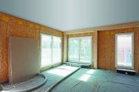 Vorgefertigte Wandelemente inkl. Fenster in Holzbauweise mit SWISS KRONO OSB/3 (Bildnachweis: SWISS KRONO │ Foto: Andrea Kroth)