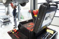Mit Komplett-Lösungen für KFZ-Werkstätten liefert Wiha Sortimente für Wartungen und Reparaturen an E-Autos.