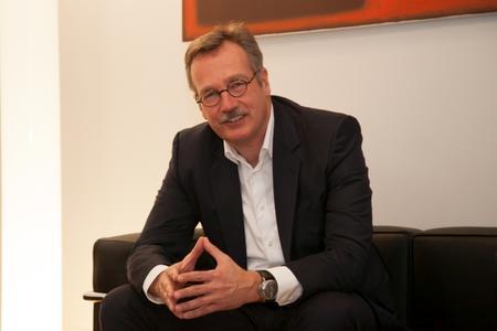 """Prof. Dr. Franz-Rudolf Esch eröffnet die """"Markenkonferenz B2B"""" mit seiner Keynote """"Von Sinnsuchern und Sinnstiftern"""" (Foto: Esch)"""