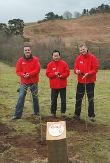 OKI Mitarbeiter bei der Pflanzung der insgesamt 4.500 Bäume