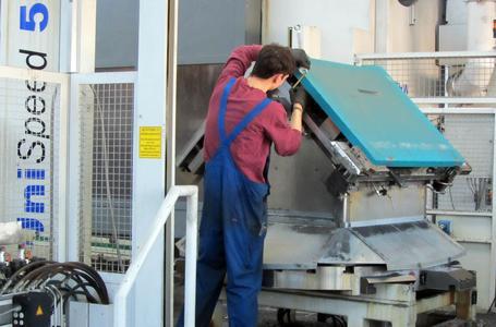 Während ein Teil bearbeitet wird, können hauptzeitparallel weitere Werkstücke vorgerüstet werden.
